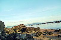日光斜照的海滩风景图片