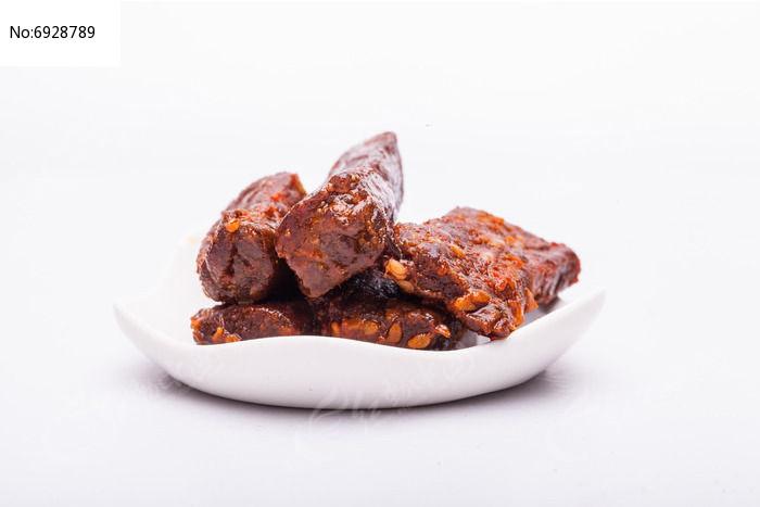 放在盘子里的牛肉干图片
