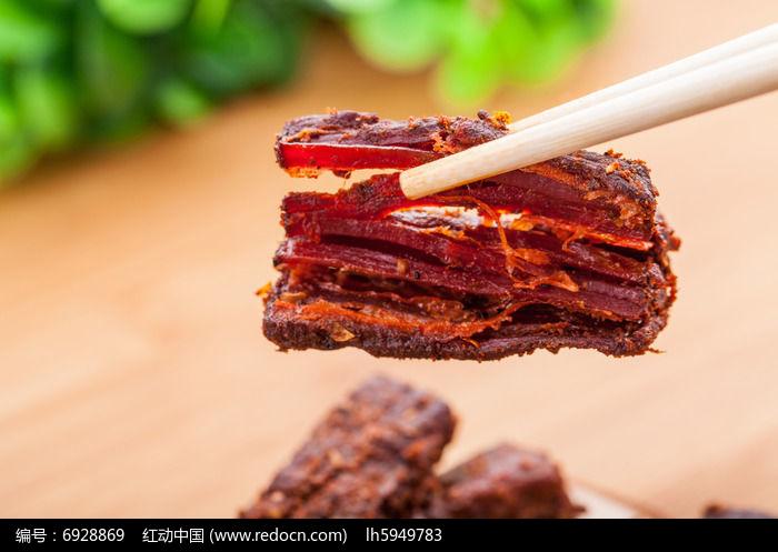 夹起来的牛肉干图片