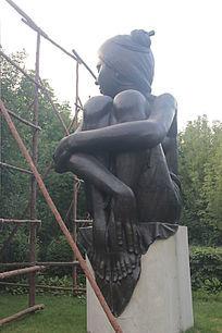沐浴阳光艺术雕塑