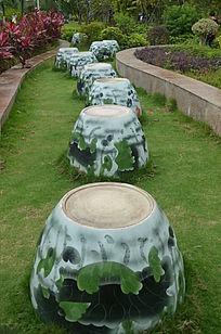 草地上的复古石凳风景图片