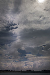 黑白强对比的天空与白云