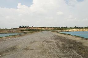 露天矿生态园区的原生态湖间大道
