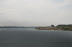 露天矿生态园区原生态矿湖上的新建码头