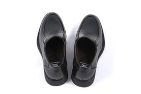 男款黑色的牛皮鞋