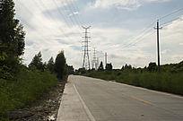 乡村道路上的输电塔