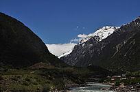雪山下的河流