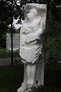 拥抱中男女相爱他乡创意石雕像