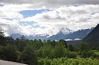 远处的玉龙雪山