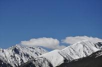 远处遥望着雪山