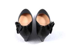 黑色坡跟女牛皮鞋