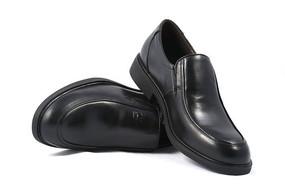 男士黑色的牛皮鞋