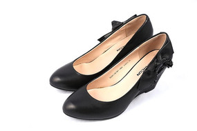 黑色坡跟女式牛皮鞋