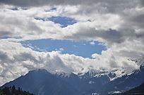 远处的雪山树立在蓝天下