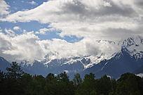 远处蓝天下高高的雪山