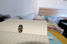 笔记本上的戒指
