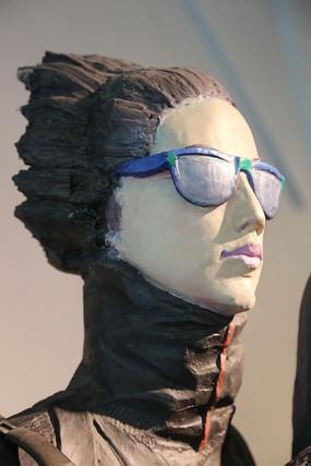 彩色雕塑女孩戴墨镜