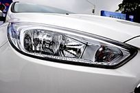 白色奔驰轿车前大灯细节