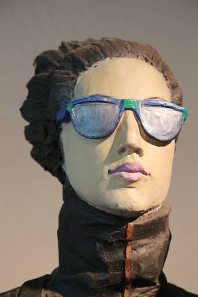 彩色雕塑戴墨镜的女孩