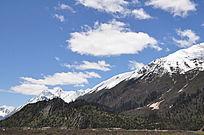 晴朗天空下的雪山