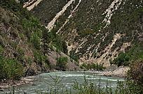 山下的的一条清澈的小河流