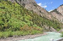 山下一条长长的小河流