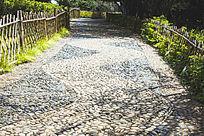 一条石子小路