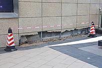 施工路锥保护下的待修墙角