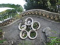 院子围墙上的窗口