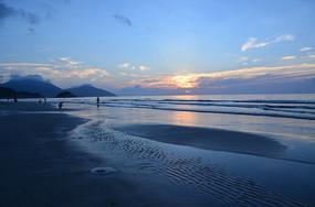 大海蓝天白云日出
