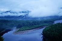 雾漫森林河