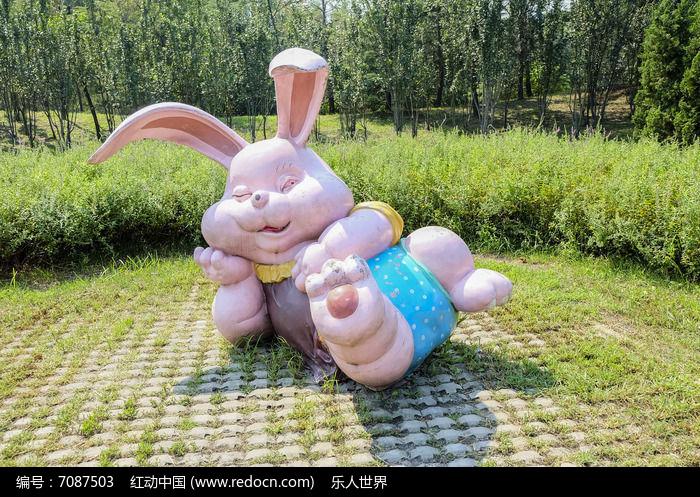 公园里的兔子雕塑图片