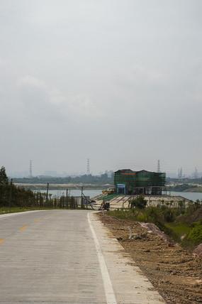 露天矿高处眺望正在修建的湖边建筑