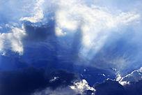 透过云层的阳光
