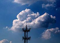 蓝天白云下的信号塔
