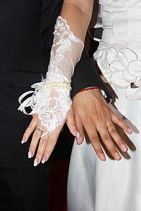 新郎和新娘的手