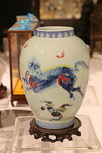 白地麒麟图案瓷瓶