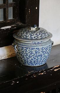 青花翠花图案瓷罐