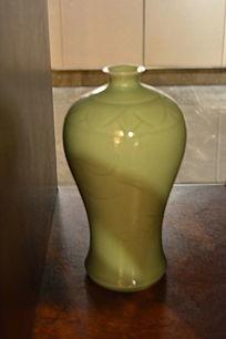 绿釉纹花梅瓶工艺品