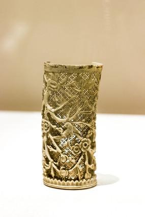 清象牙镂雕喜鹊登梅纹筒