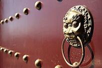 红色大门上的兽面衔环