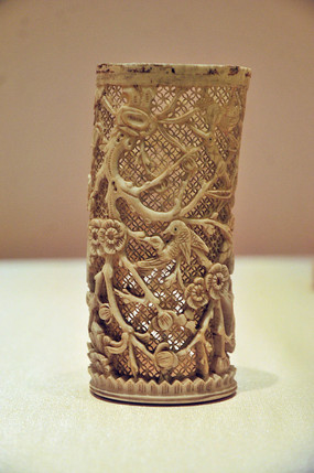 燕京八绝之清代象牙镂雕喜鹊登梅纹筒