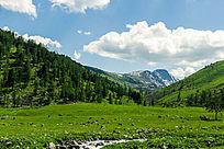 草原树林蓝天白云山峰素材图