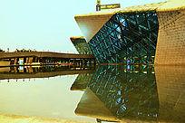 圆角型玻璃建筑及倒影