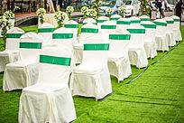 绿色西式草坪婚礼现场的白色椅子