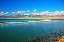 新疆赛里木湖景色蓝天白云