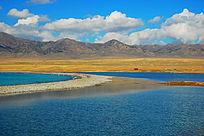 新疆赛里木湖蓝天白云景色