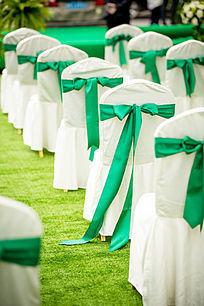 西式草坪婚礼现场带绿色蝴蝶结的椅子