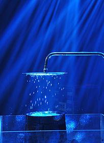 蓝光下的水龙头