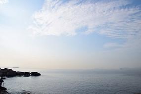 蓝天白云和大海岩石